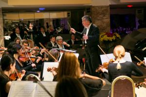 Simfonični orkester RTV Slovenija in dirigent En Shao.